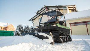 Гусеничный Тингер используется для чистки снега