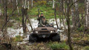 Охотники на вездеходе Tinger Track едут через болото