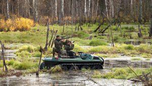 Охотники на вездеходе посреди болота