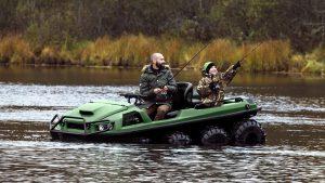 Отец с сыном рыбачат с вездехода Тингер