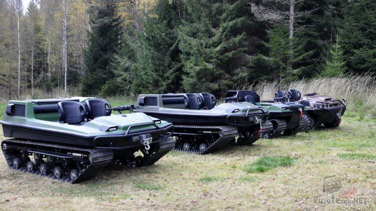 Вездеходы Тингер разных моделей стоят на опушке леса