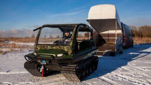 Выгрузка снегоболотохода из автомобильного прицепа