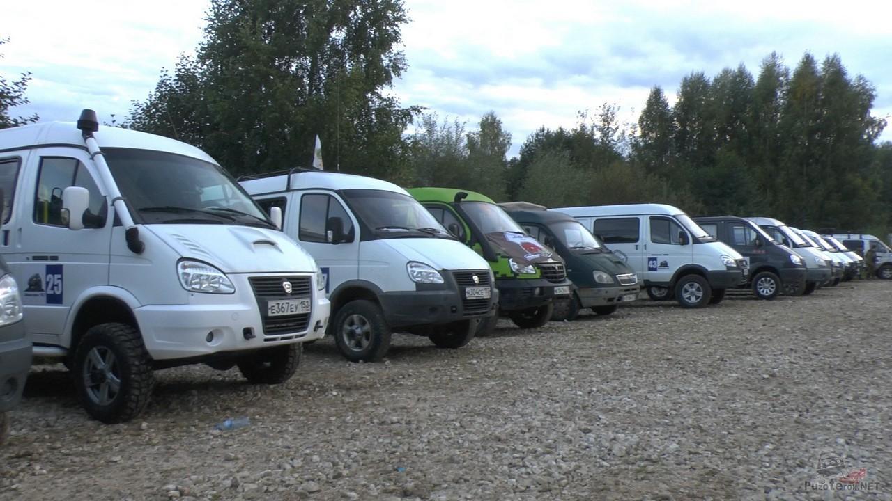 Автомобили ГАЗ Соболь на встрече одноклубников
