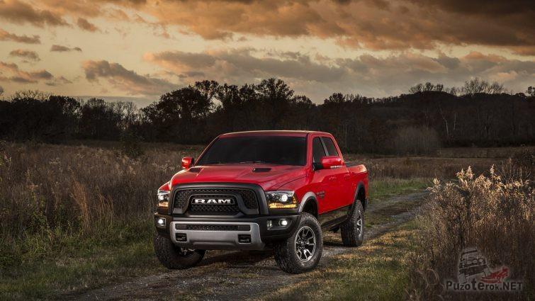 Базовая версия Dodge Ram на сельской дороге