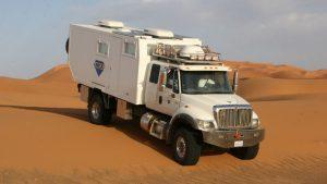Белый автодом в пустыне