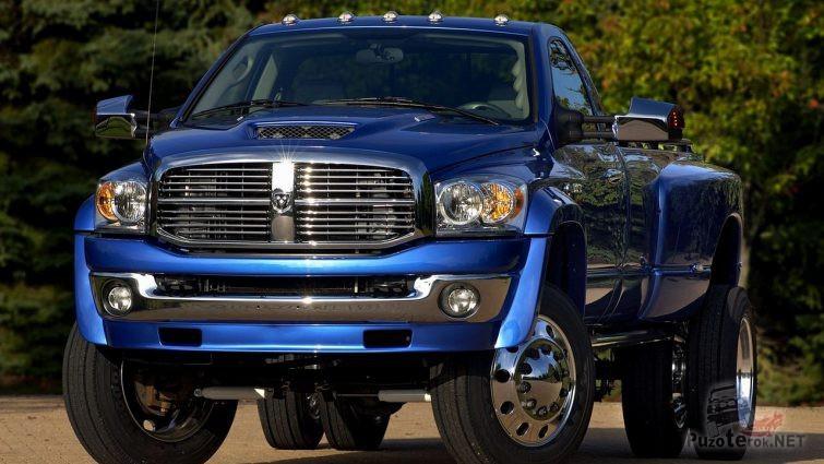 Блестящий синий Dodge Ram