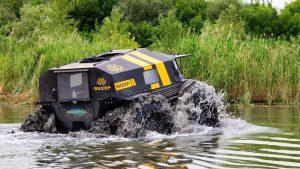 Болотоход Шерп едет по болотистой местности