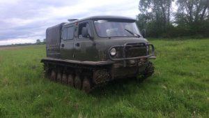 Болотоход с грузовым отсеком в поле