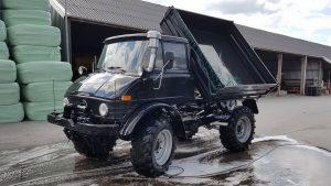 Чистый тёмно-синий Unimog поднял кузов