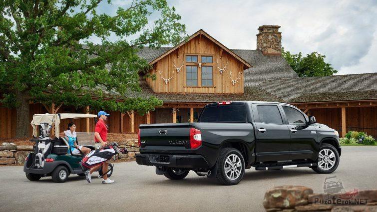 Чёрная Toyota Tundra рядом с людьми во дворе дома