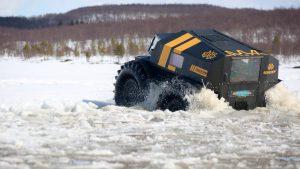 Чёрно-жёлтый снегоболотоход Шерп едет по ломающемуся льду