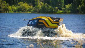 Чёрно-жёлтый внедорожник Шерп едет по озеру