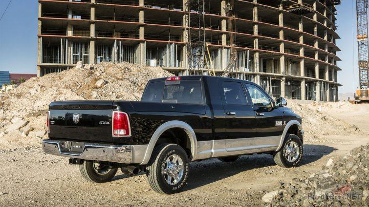Чёрный Dodge Ram на строительной площадке