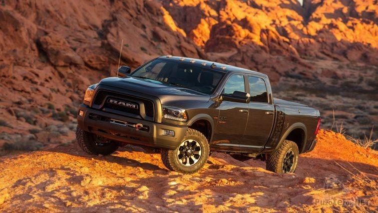 Чёрный Dodge Ram в горной местности