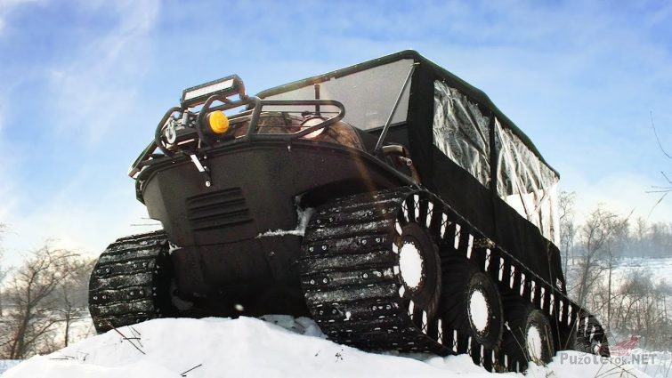 Чёрный гусеничный снегоболотоход на снегу снизу