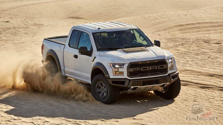 Дрифт серого Ford Раптор в пустыне