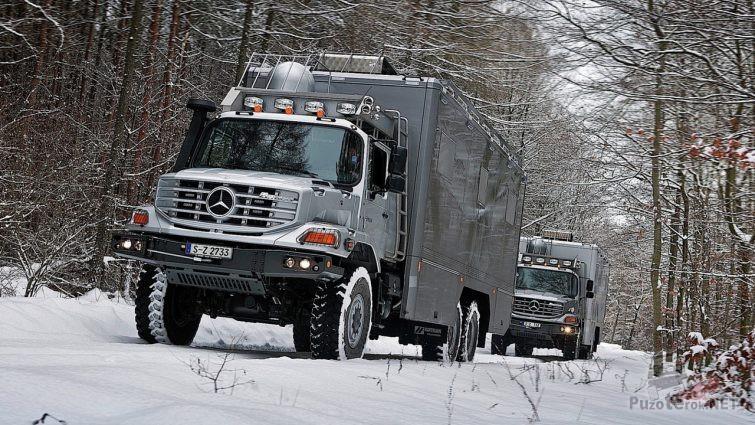 Два Мерседес Зетрос едут по зимней дороге