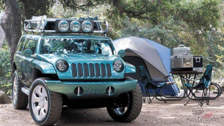 Джип с люстрой на багажнике возле палатки