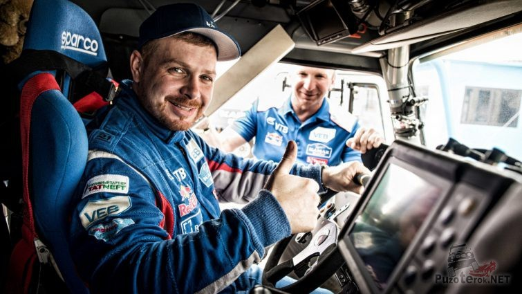 Эдуард Николаев за рулём в кабине гоночного КамАЗа