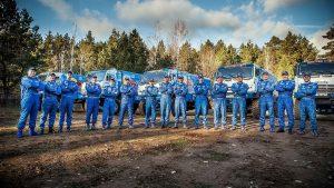 Экипажи Камаз-Мастер на фоне своих грузовиков