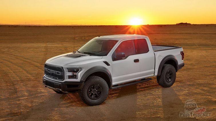 Ford Раптор в пустыне на закате