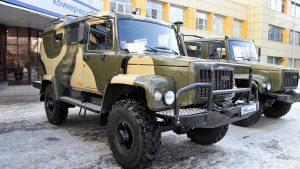 Грузовики ГАЗ возле офисного здания