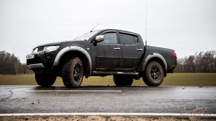 Грязный Л200 на внедорожных шинах
