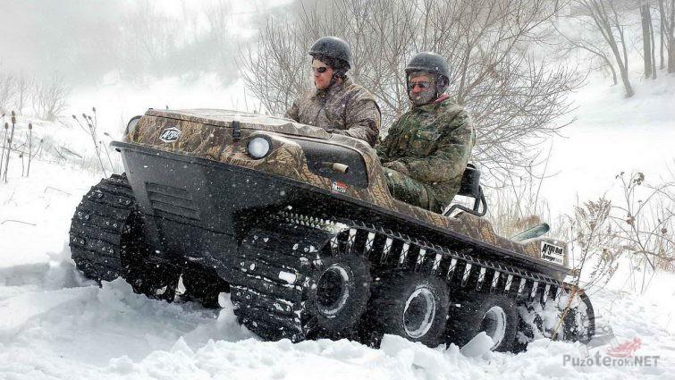 Гусеничный снегоболотоход Арго везёт мужчин по сугробам