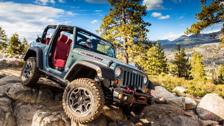 Jeep Wrangler с открытым верхом и без дверей едет по скальнику