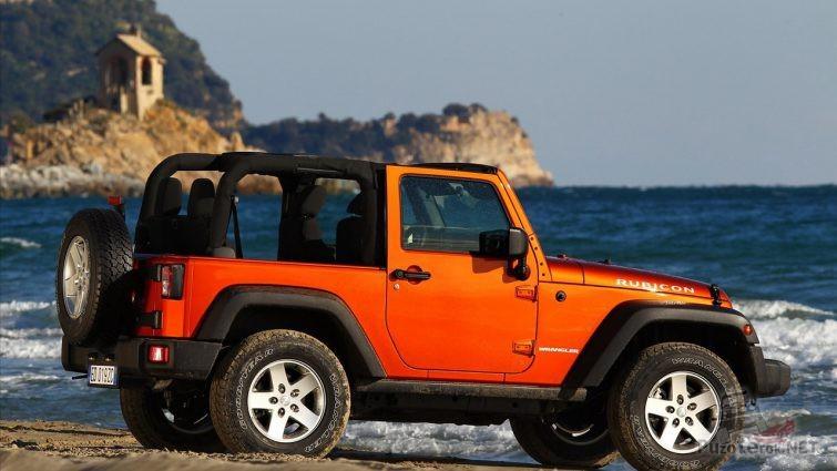 Jeep Wrangler с открытым верхом на берегу моря