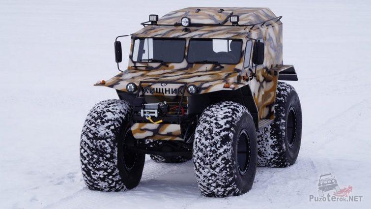 Камуфляжный снегоболотоход на зимней дороге