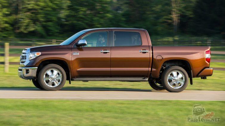 Коричневая Toyota Tundra в движении сбоку