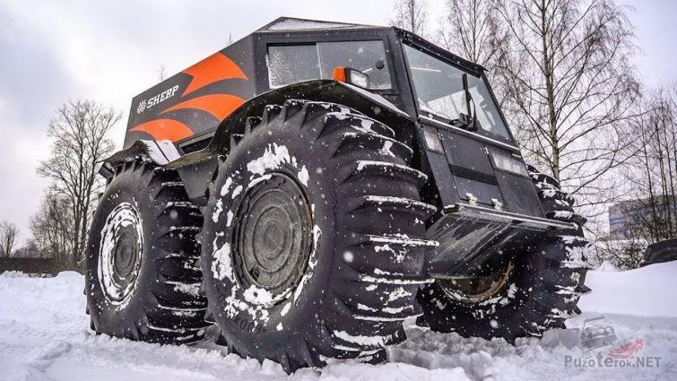 Красно-чёрный вездеход на снегу