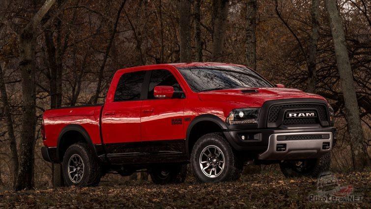 Красный Dodge Ram 1500 в лесу