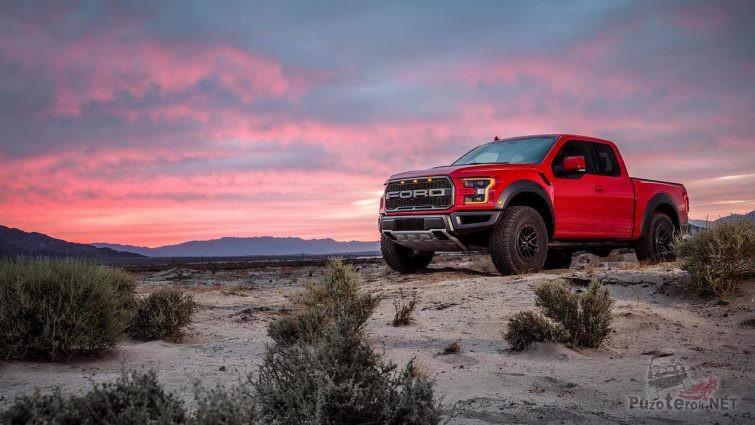 Красный автомобиль с шинами all-terrain в саванне