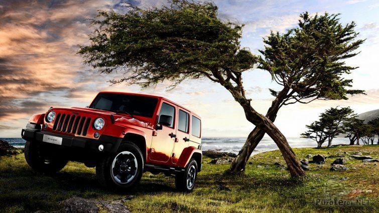 Красный джип возле перекрещенных деревьев
