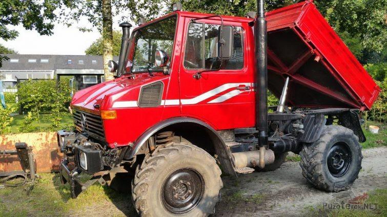 Красный грузовик с поднятым кузовом