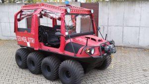 Красный вездеход Арго с мигалкой на тротуаре