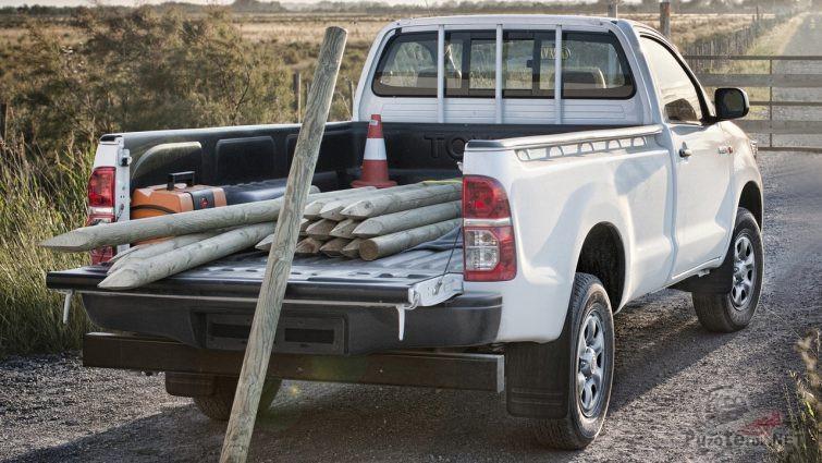Кузов двухместного Хайлюкса загружен деревянными кольями