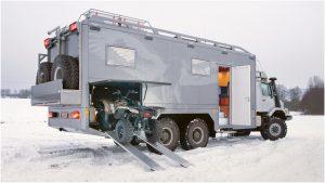 Квадроцикл заезжает в современный автодом на снегу