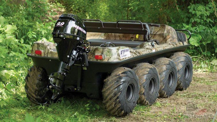 Лодочный мотор на вездеходе цвета хаки