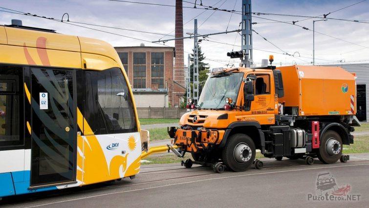 Локомобиль Mercedes-Benz Unimog произвёл сцепку с трамваем