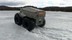Лёд ломается под колёсами снегоболотохода на озере