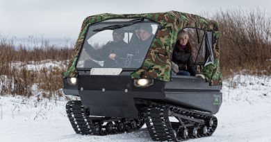 Люди в тентованном вездеходе Пелец зимой