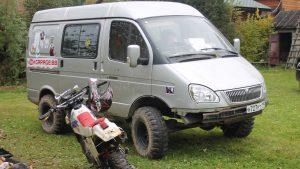 Мотоцикл рядом с серым Соболем
