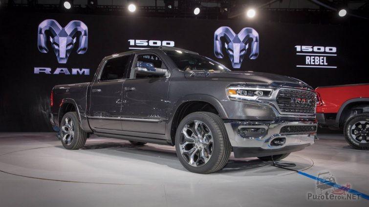 Новый Dodge Ram в выставочном павильоне