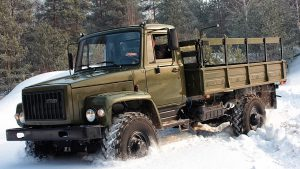 Новый бортовой грузовик Садко едет по сугробам в лесу