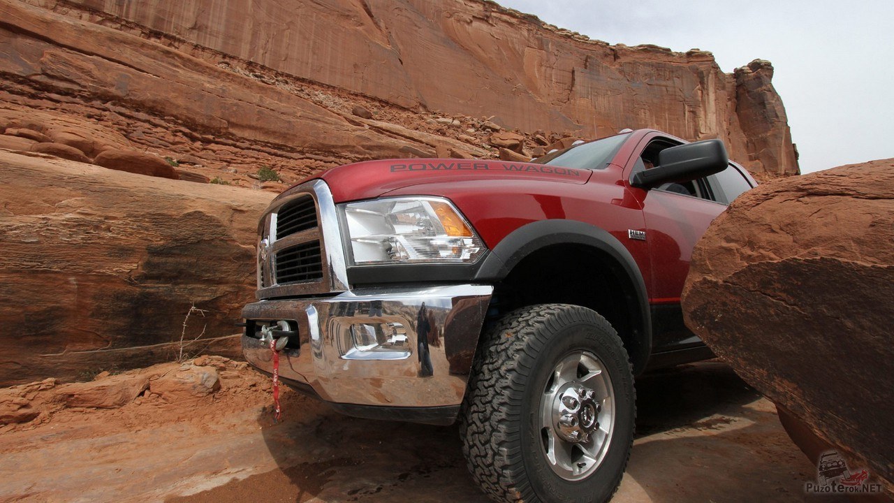 Оборудованный для бездорожья автомобиль едет по горам