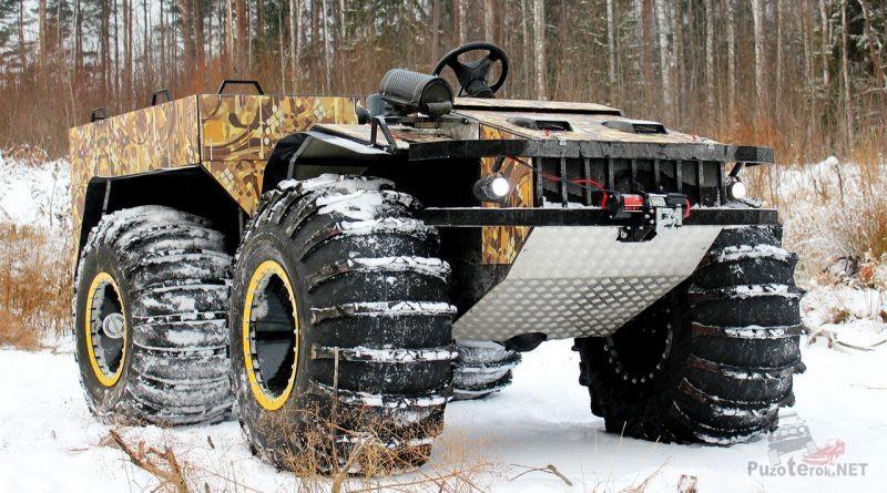 Оборудованный лебёдкой снегоболотоход в зимнем лесу