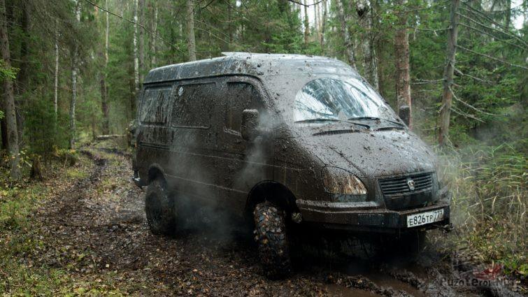 Очень грязный Соболь на лесной дороге
